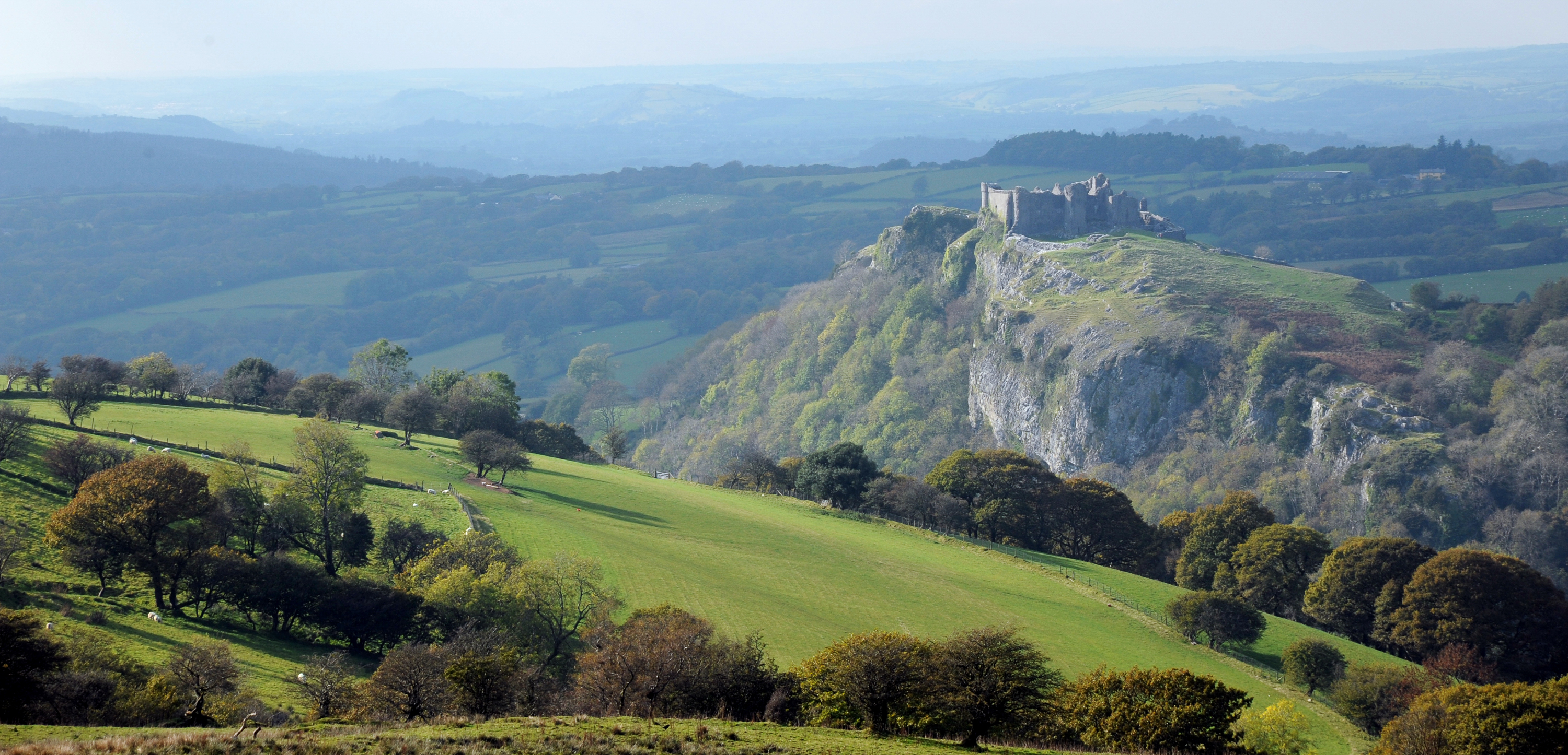 Carreg_Cennen_Castle_on_its_crag_and_in_its_Carmarthenshire_landscape,_autumn_light